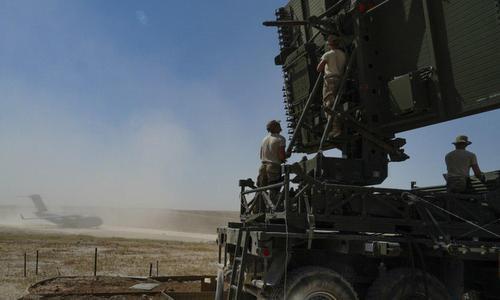 Lính Mỹ lắp đặt một đài radar cảnh giới ở đông bắc Syria hôm 28/8. Ảnh: Muraselon.