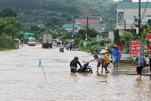 Tuyến quốc lộ 6 đoạn qua Tiểu khu 10, xã Hát Lót (Mai Sơn) bị ngập úng gây ách tắc giao thông. Ảnh: Báo Sơn La
