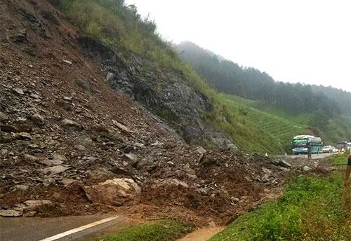 Đoạn đường qua Quốc lộ 6 qua huyện Vân Hồbị sạt lở khiến dòng phương tiện bi ùn ứ kéo dài. Ảnh: Ngọc Dương