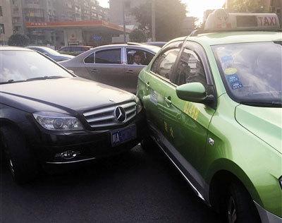 Cú chạm nhẹ giữa chiếc xe hạng sang và xe taxi trên một con phố ở Thành Đô. Ảnh: Chengdu.