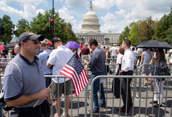 Hàng nghìn người chờ đợi bên ngoài tòa quốc hội. Ảnh: AFP.