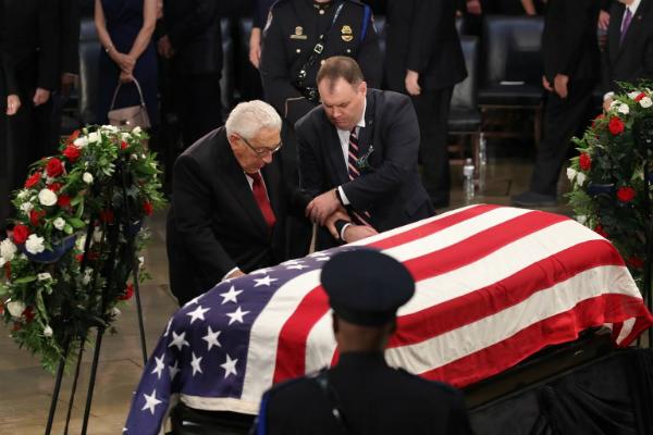 Cựu ngoại trưởng MỹHenry Kissinger (tóc bạc) tại lễ viếng. Ảnh: AFP.