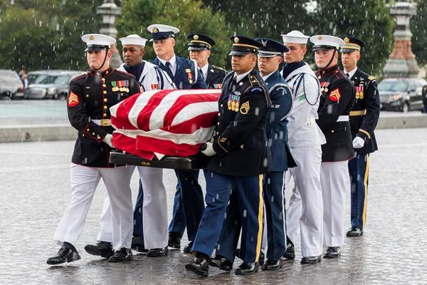 Linh cữu John McCain được đưa từ xe vào tòa quốc hội Mỹ ngày 31/8. Ảnh: Reuters.