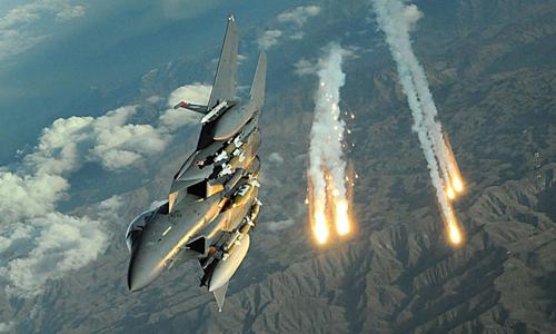 Chiến đấu cơ Mỹ phóng mồi bẫy nhiệt trong một cuộc diễn tậpẢnh:USAF.