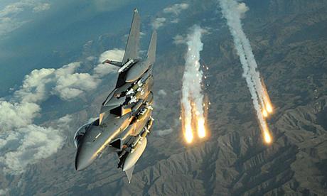 Chiến đấu cơ Mỹ phóng mồi bẫy nhiệt trong một cuộc diễn tập Ảnh: USAF.