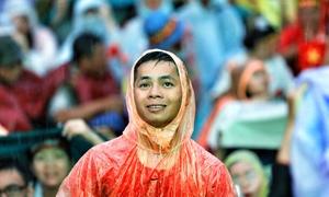 Cổ động viên đốt pháo sáng, tắm mưa tiếp sức cho tuyển Việt Nam