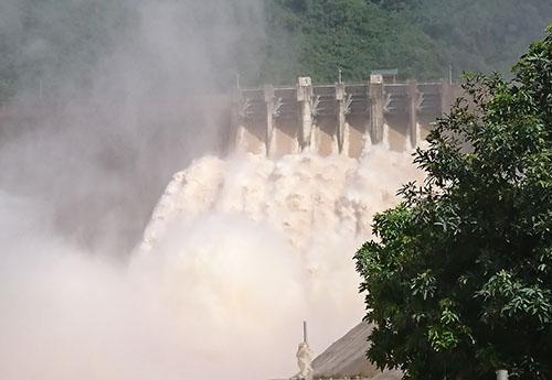 Thủy điện Bản Vẽ xả 4.200 m3/s sáng 31/8. Ảnh: Nguyễn Hải.