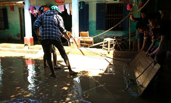 Lũ rút, hàng nghìn ngôi nhà ở Thanh Hóa ngập trong bùn