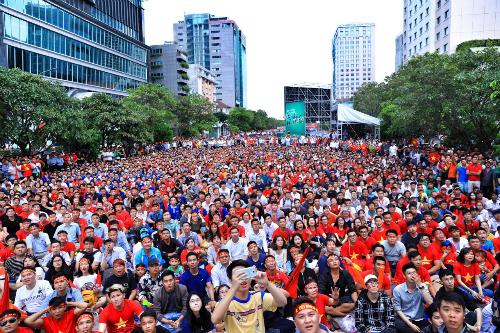 Người hâm mộ cổ vũ tuyển Olympic Việt Nam trong trận gặp Hàn Quốc ở phố đi bộ Nguyễn Huệ. Ảnh: Hữu Khoa