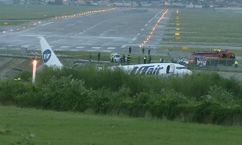Máy bay nằm ngoài đường băng sau sự cố sáng 1/9. Ảnh: RT.