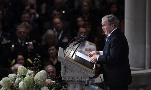 Cựu tổng thống Mỹ George W. Bush đọc điếu văn tại lễ tang Thượng nghị sĩ McCain ở Nhà thờ Quốc gia Mỹ. Ảnh: AFP.