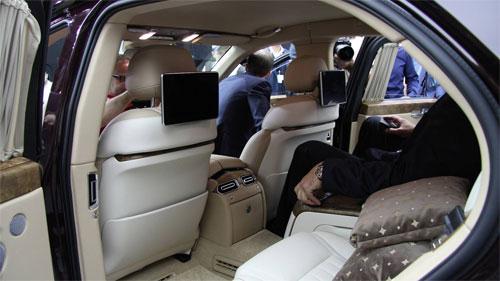 Hai máy tính bảng ở lưng hàng ghế trước dành cho mục đích giải trí của hành khách phía sau. Ảnh: Motor1.