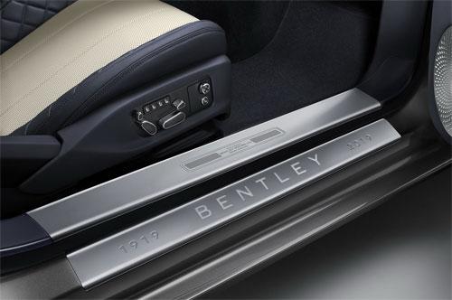 Ốp bậc cửa cũng có dấu hiện nhận diện phiên bản kỷ niệm 100 năm thành lập hãng.