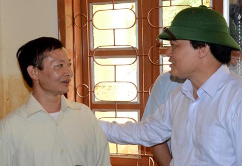 Bộ trưởng Phùng Xuân Nhạ động viênHiệu trưởng trường Phổ thông dân tộc bán trú THCS Nà Ớt - thầy Nguyễn Trung Huấn. Ảnh: Minh Anh.