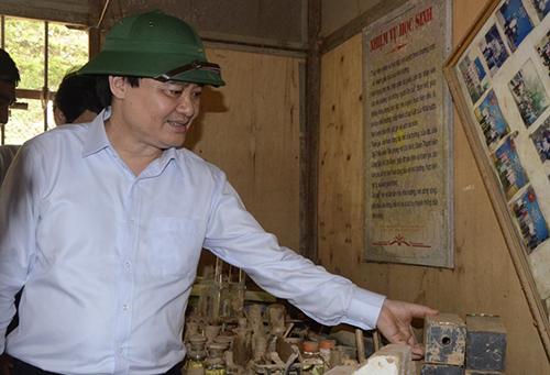 Bộ trưởng Phùng Xuân Nhạ khảo sát phòng thiết bị học tập tại trườngPhổ thông dân tộc bán trú THCS Nà Ớt (huyện Mai Sơn, Sơn La). Ảnh: Minh Anh.