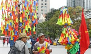 Nhiều cửa hàng bán đồ cổ vũ ở Sài Gòn vắng khách