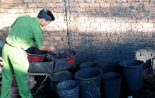 Những xô chậu cáu bẩn cơ sở dùng để nhuộm vỏ cà phê với bột pin. Ảnh: Kh.Uyên.
