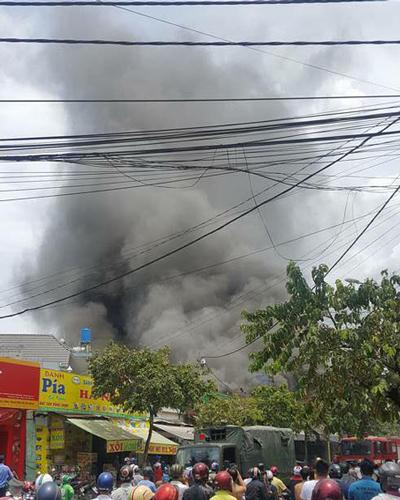 Cột khói từ vụ cháy. Ảnh: Tin Tin.