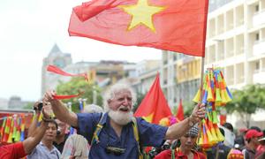 Khách Tây hò hét 'Việt Nam vô địch' trên phố Nguyễn Huệ