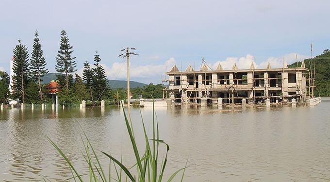 Hàng nghìn người dân Thanh Hoá vật lộn trong nước lũ