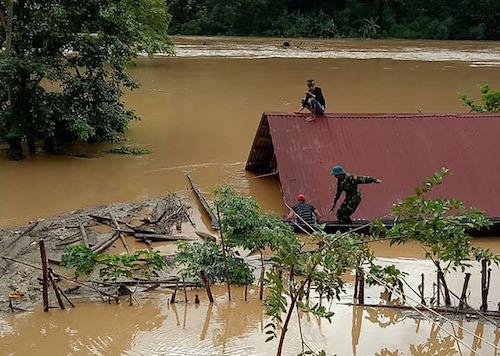 Một nhà dân ở xã Mỹ Lý bị nước ngập sát nóc trong ngày 31/8. Ảnh: Hải Bình.