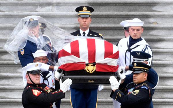 Lính danh dự đưa linh cữu McCain ra khỏi tòa nhà Quốc hội Mỹ. Ảnh: AFP.