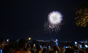 Biển người xem pháo hoa ở phố đi bộ Nguyễn Huệ