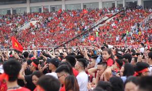 Hàng nghìn người 'nhuộm đỏ' sân Mỹ Đình