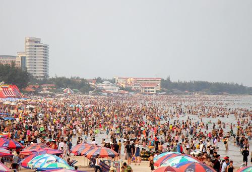 Khách tắm biển Vũng Tàu đông nhưng không bằng lễ trước. Ảnh: Nguyễn Khoa