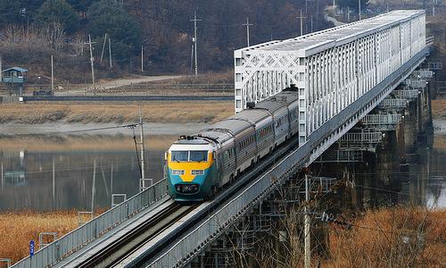 Đoàn tàu chạy từ Triều Tiên sang Hàn Quốc hồi năm 2009. Ảnh: Flickr.