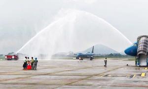 Vòi rồng chào đón đoàn thể thao Việt Nam ở sân bay Nội Bài