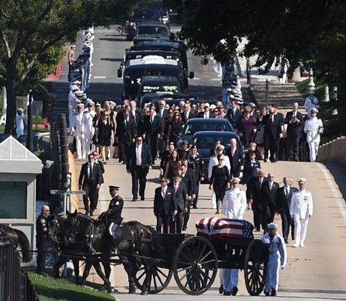 Đoàn người tiễn đưa linh cữu của ông McCain đến nghĩa trang hôm 2/9. Ảnh: Reuters