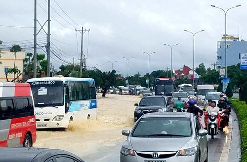 Quốc lộ 51 qua thị xã Phú Mỹ ngập nặng chiều nay. Ảnh: Mạnh Khá