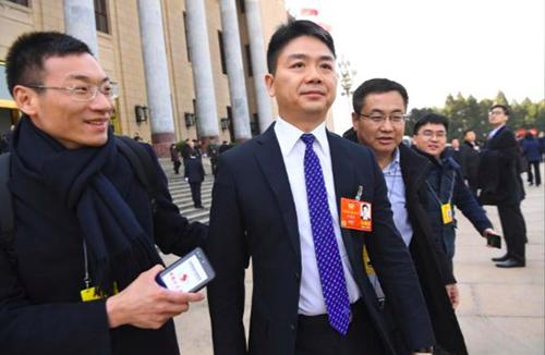 Lưu Cường Đông (giữa) rời Đại lễ đường Nhân dân ở Bắc Kinh, Trung Quốc, sau phiên họpkhai mạc quốc hội Trung Quốc hồi tháng 3. Ảnh: Reuters