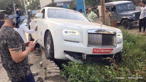 Rolls-Royce Ghost hư hỏng nặng phần đầu khi đâm lên lề đường. Ảnh: India Drive