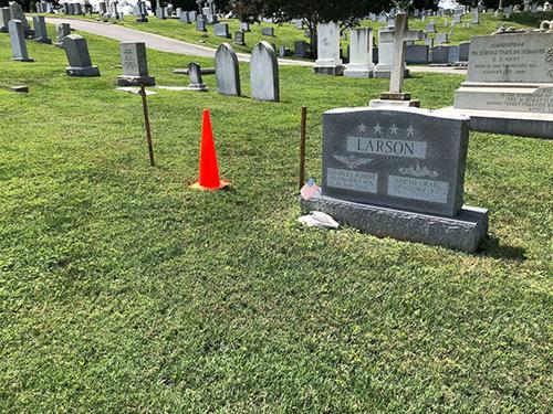 Vị trí chôn cất McCaind được đánh dấu bằng hai cọc gỗ và cọc tiêu chóp nón màu cam. Ảnh: AP