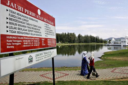 Biển cảnh báo những hành động phạm luật Hồi giáo tại bang Terengganu. Ảnh: AFP.
