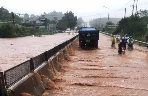 Quốc lộ 1 đi qua huyện Thống Nhất ngập nặng chiều nay. Ảnh: Minh Nghia