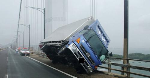 Xe tải bị gió thổi lật nghiêng trên cầuSeto Ohashi ở tỉnh Kagawa khi bão đổ bộ. Ảnh: AFP.