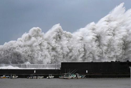 Bão Jebi tạo ra những cột sóng lớn đập vào đê chắn sóng tại một cảng ở miền tây Nhật Bản. Ảnh: AP.