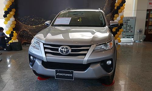 Khách muốn mua Fortuner phải lắp thêm phụ kiện khoảng 100 triệu đồng. Ảnh: Toyota Tân Cảng.