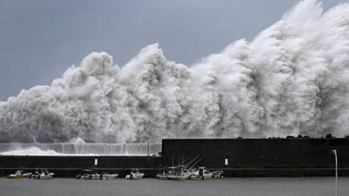 Sóng lớn đánh vào bờ biển phía tây Nhật Bản trong bão. Ảnh: Reuters