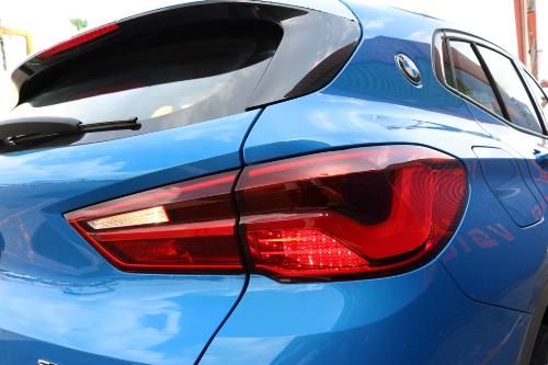 Cụm đèn hậu hình chữ L cách điệu là một điểm đặc trưng trong thiết kế của BMW X2.