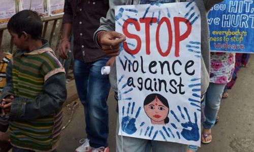 Biểu tình phản đối tình trạng bạo hành phụ nữ và trẻ gái ở Ấn Độ. Ảnh: AFP.