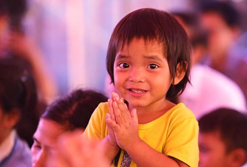 Học sinh vỗ tay khánh thành trường Khe Chữ, Ảnh: Đắc Thành.