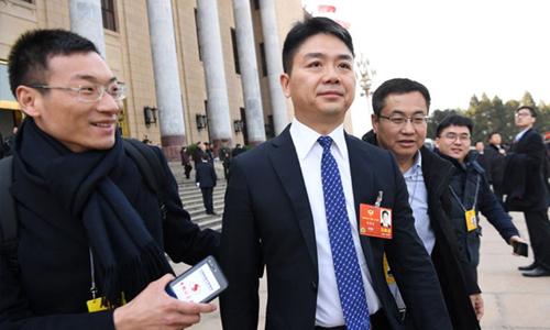 Lưu Cường Đông (giữa) rời Đại lễ đường Nhân dân ở Bắc Kinh, Trung Quốc, sau phiên họp khai mạc quốc hội Trung Quốc hồi tháng 3. Ảnh: Reuters.