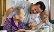 Cha mẹ Viá»t nên dành tiá»n Äá» cậy con thiên hạ lúc vá» già