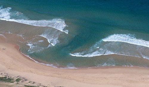 Luồng nước xanh là hình ảnh dòng chảy xa bờ. Ảnh: ST.