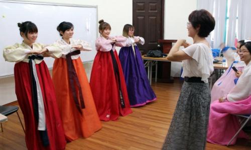 Các cô gái Việt tìm hiểu về văn hoá Hàn Quốc trước khi kết hôn. Ảnh: Koreabizwire.
