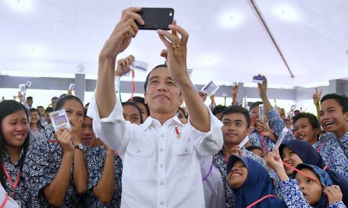 Tổng thống IndonesiaJoko Widodo chụp ảnh với người ủng hộ. Ảnh: AFP.